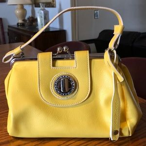 Cute little pop of yellow bag.